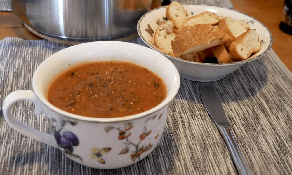 Recept | Glutenvrije tomatensoep met courgette en aubergine