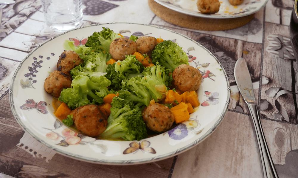 Recept | Zoete aardappel in kerrie met kipgehaktballetjes en broccoli